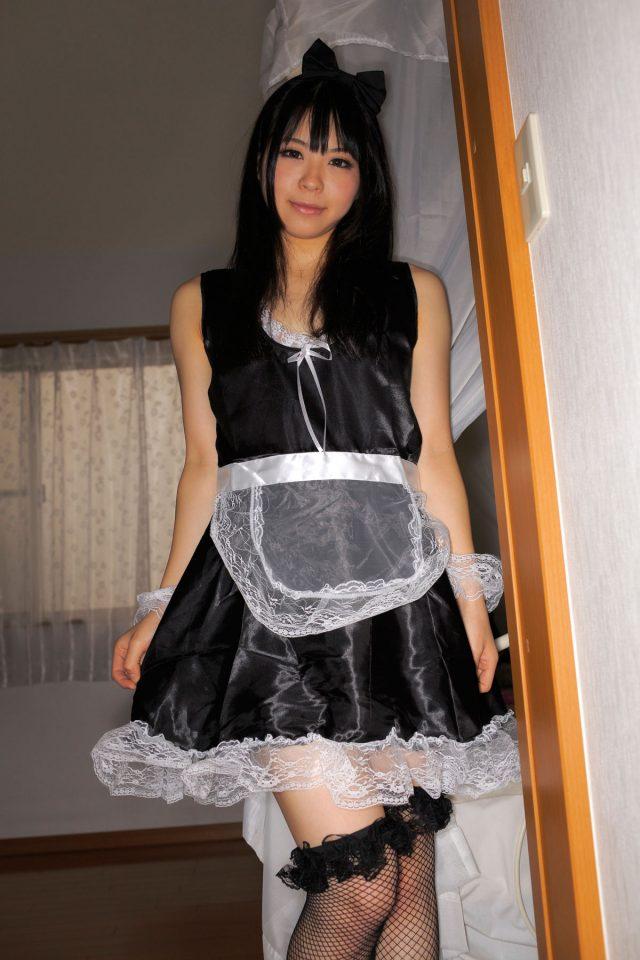 コスプレイヤー 花桃まり 網タイツや股間に食い込むセクシーな黒い下着がエロい メイドのコスプレ画像