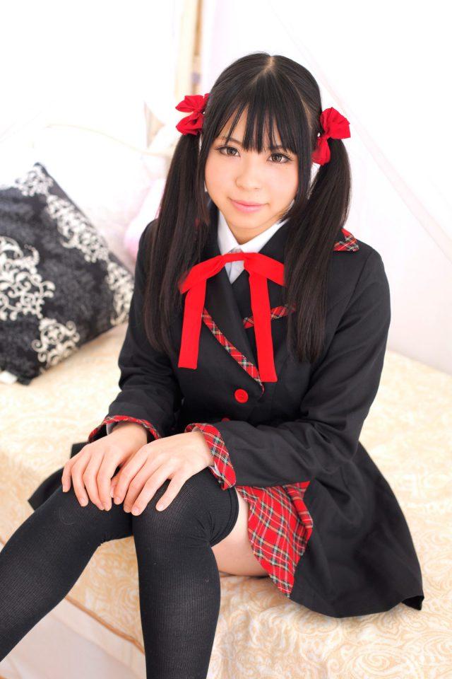 コスプレイヤー 花桃まり ピンクの水玉パンツのパンチラがエロい AKB制服のコスプレ画像
