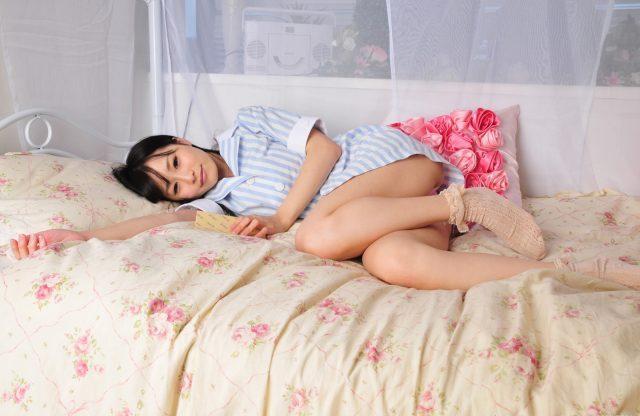 逢坂愛 パンツが激しく食い込んだ尻のワレメがエロい 部屋着のコスプレ画像