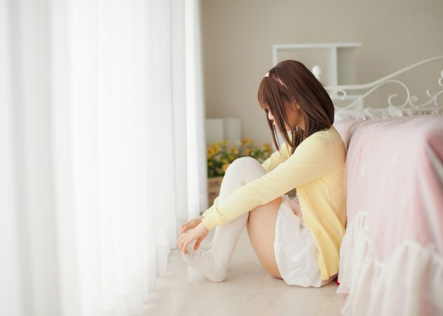コスプレイヤー香坂ゆん 『化物語』 千石撫子のフリフリのミニスカートとニーハイがエロい画像