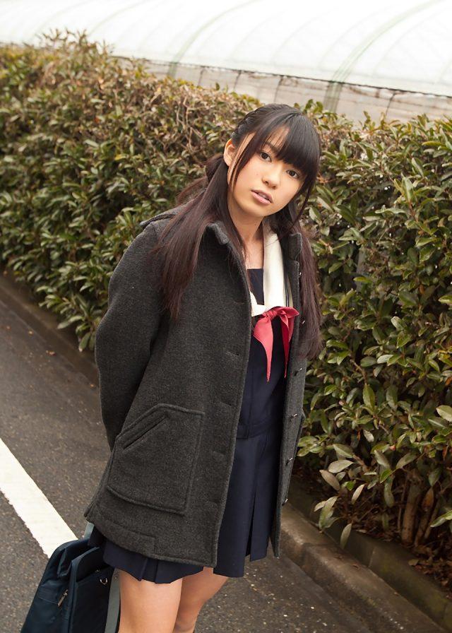 山中知恵 冬服セーラー服のJKコスプレ画像
