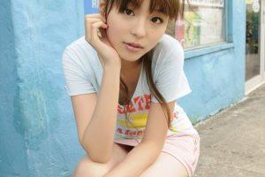 平野綾 パンツが見えそうなほど短いミニスカがエロい画像