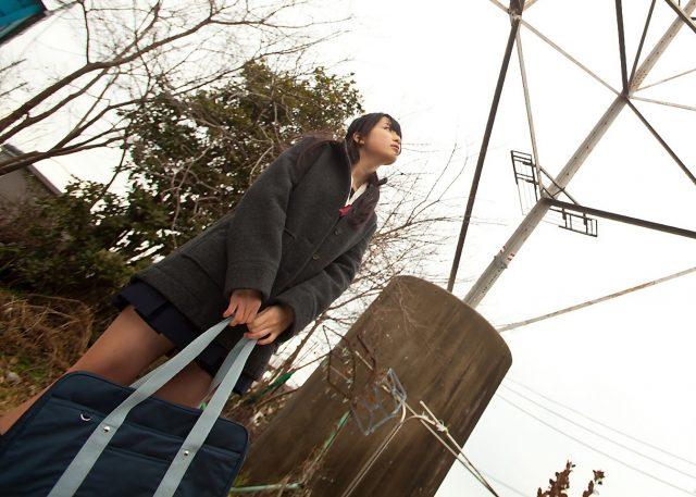 山中知恵 パンチラがエロい冬服セーラー服のJKコスプレ画像
