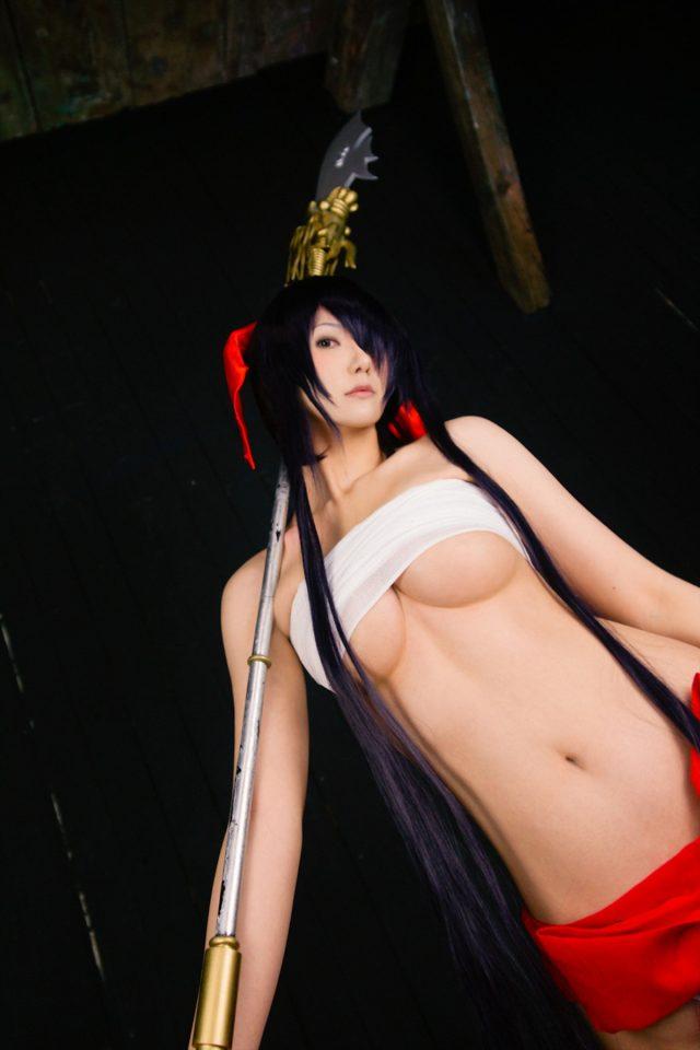コスプレイヤー キバしい 『一騎当千』関羽雲長 巫女Verのコスプレでサラシからハミ出た下乳がエロい画像