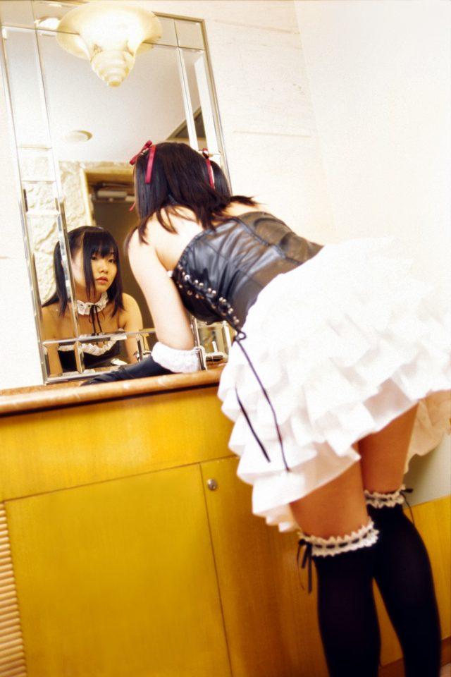 コスプレイヤー 松永亜矢香(まつながあやか) アスカのゴスロリ風コスプレでパンチラしそうなエロ画像