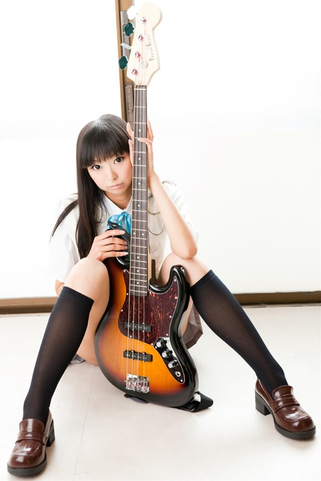 コスプレイヤー猫子(ねここ) 『けいおん!』秋山澪の制服コスプレでパンチラがエロい画像