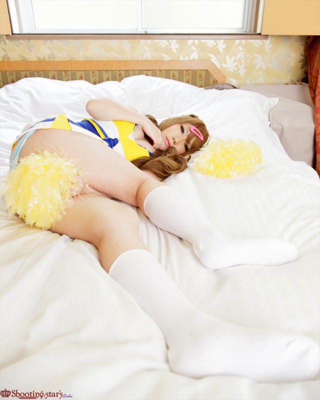 コスプレイヤー サク ミニスカからハミ出したパンツ丸出しの尻がエロい! 『中二病でも恋がしたい!』 丹生谷森夏のチアガールコスプレ画像