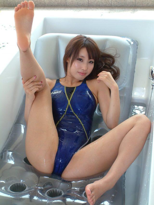セクシー女優 あやみ旬果 股間の食い込みやマンスジがエロい 競泳水着のコスプレ画像