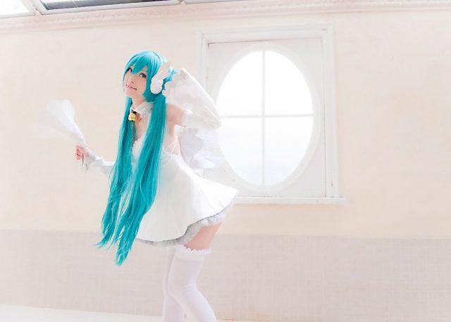 コスプレイヤー アゲハ 真っ白な衣装にミニスカとニーハイがエロい 『初音ミク』 あなたの歌姫のコスプレ画像