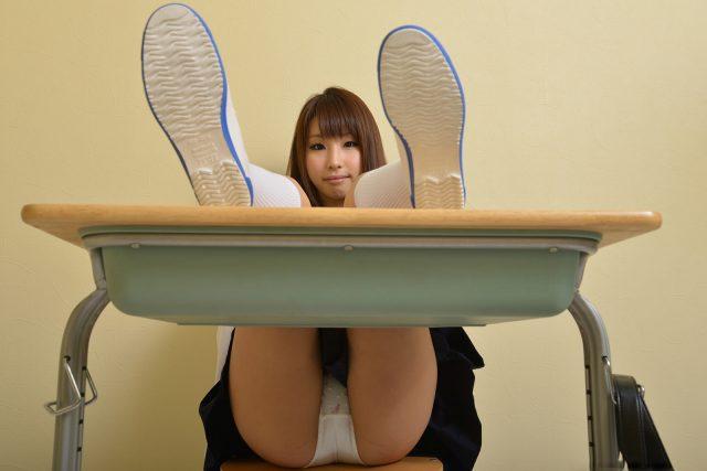 セクシー女優 あやみ旬果 教室で大胆なパンチラがエロい セーラー服コスプレ画像