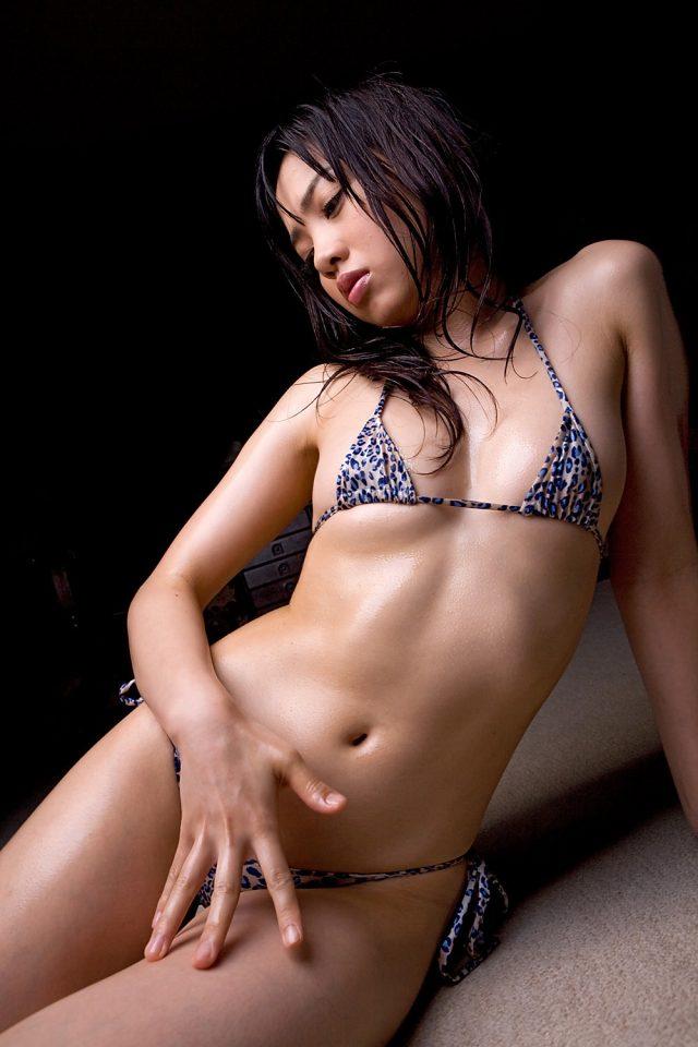 セクシー女優 伊東遥 水着が食い込んだ尻やハミ乳がエロい マイクロビキニのコスプレ画像