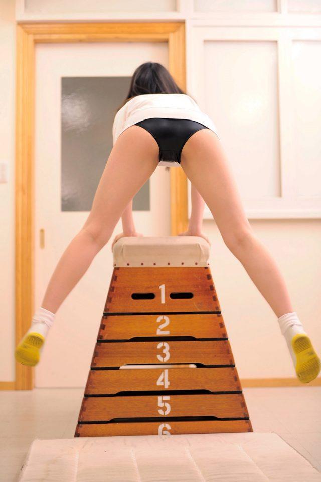 グラドル 安藤遥 体操服で突き出された尻がエロい ブルマのコスプレ画像