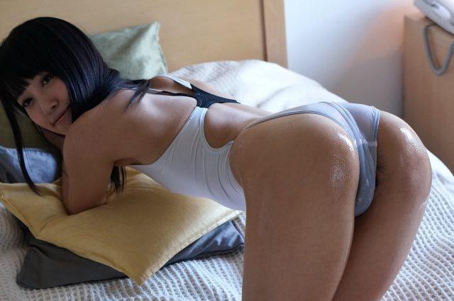 セクシー女優 朝倉ことみ 透けた乳首やマン毛がエロい 白い競泳水着のコスプレ画像