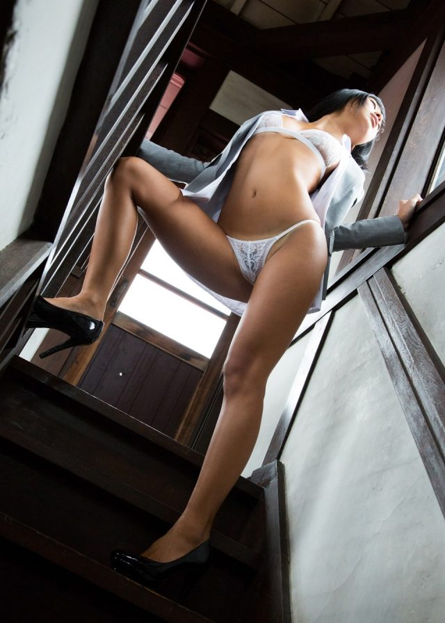 セクシー女優 小倉奈々 食い込みパンチラやハミ出したマン毛がエロい 女教師のコスプレ画像