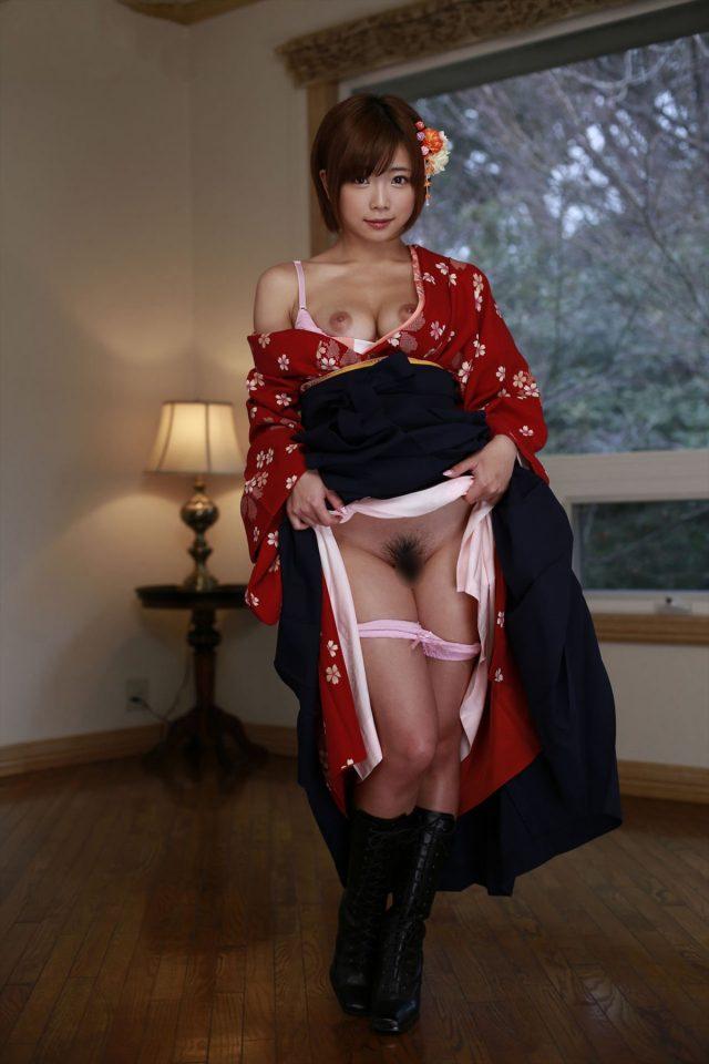 セクシー女優 紗倉まな 着物から見えるパンチラや全裸で丸見えのアナルがエロい 和服コスプレ画像