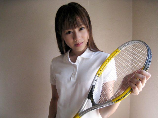 セクシー女優 瑠川リナ テニスウェアのコスプレで丸出しになる乳首と透けマン毛がエロい画像