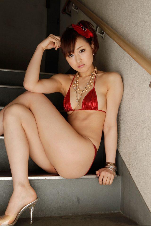 セクシー女優 周防ゆきこ ビキニのコスプレで食い込んだ尻のワレメがエロい画像