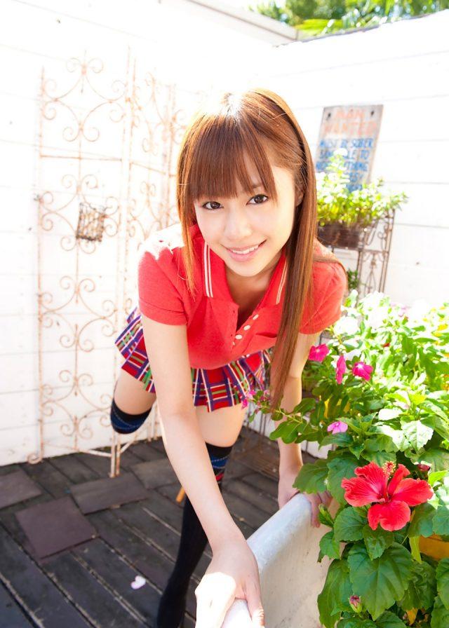 セクシー女優 瑠川リナ ラクロスのコスプレでミニスカからパンチラがエロい画像