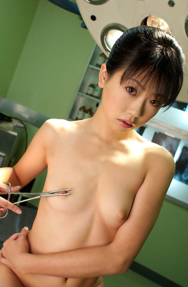 セクシー女優 二宮沙樹 ナースや女医のコスプレでストッキング越しのパンチラがエロい画像