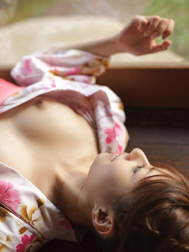 セクシー女優 瑠川リナ 浴衣が開けてチラっと見える乳首やマン毛がエロい画像