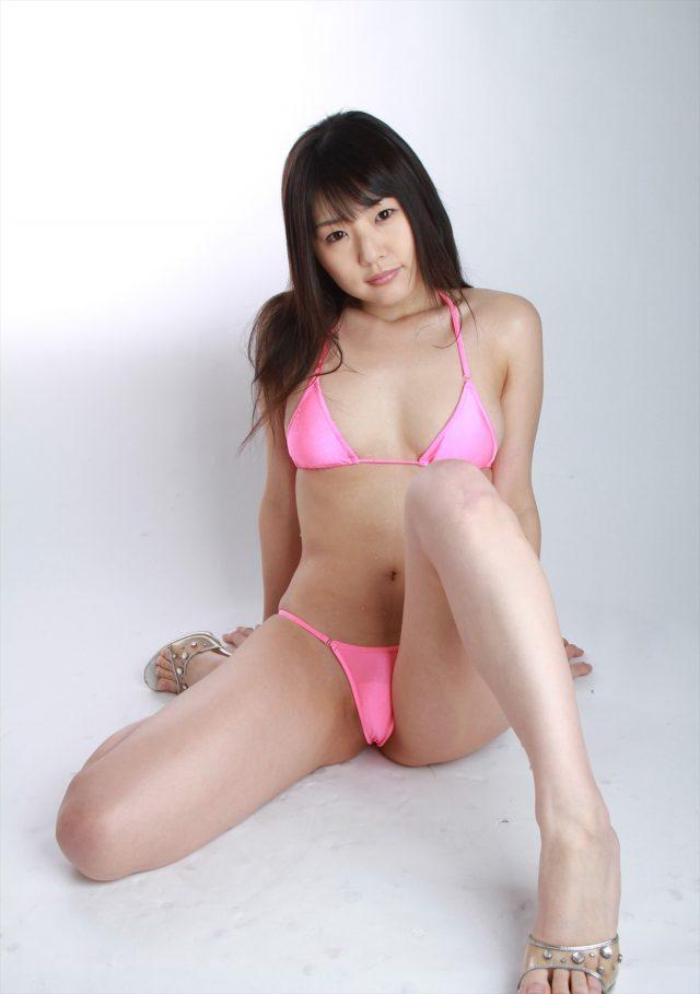 セクシー女優 つぼみ マイクロビキニのコスプレでマンスジやアナルが見えるほど食い込んだ尻がエロい画像