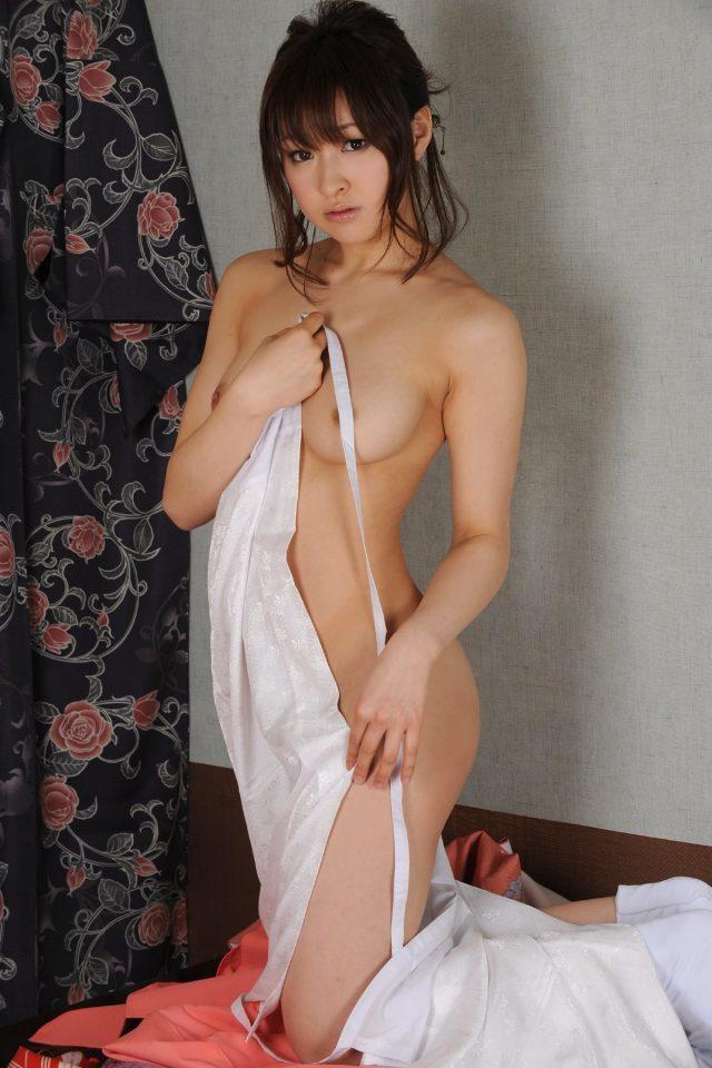 セクシー女優 周防ゆきこ 和服のコスプレで開けた着物から見える乳首やマン毛がエロい画像