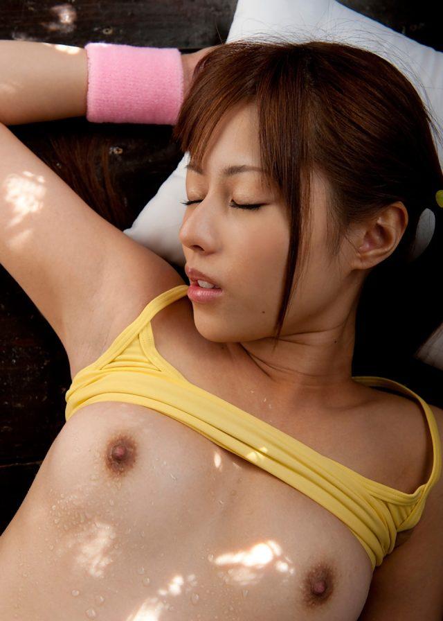 セクシー女優 瑠川リナ スポーツウェアのコスプレでパツパツのスパッツがエロい画像