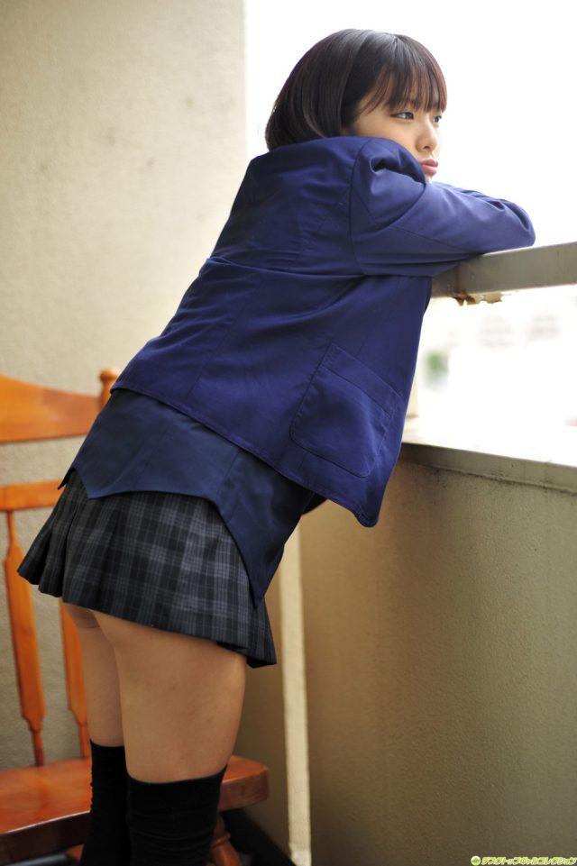 グラドル 酒井蘭 JK制服コスプレでミニスカから見える食い込みパンチラがエロい画像