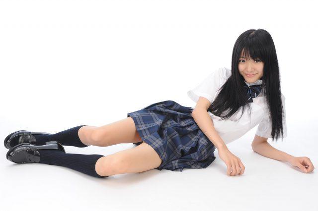 グラドル 柳恵梨菜 JK制服のコスプレで食い込みパンチラがエロい画像