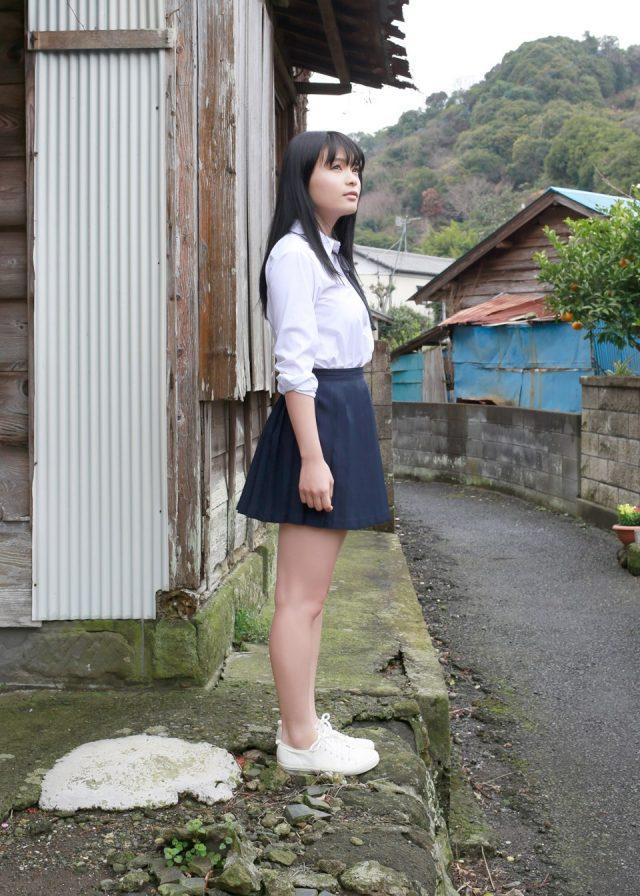 グラドル 星名美津紀 JK制服のコスプレでパンツが見えそうなミニスカがエロい画像