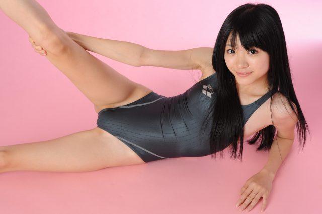 グラドル 柳恵梨菜 競泳水着のコスプレで尻の食い込みや体のラインがエロい画像