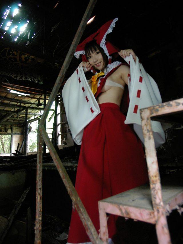 コスプレイヤー サク ハミ出した横乳がエロい 『東方Project』 博麗霊夢のコスプレ画像