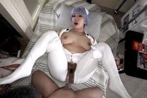 綾波レイのコスプレしたBBAがキモ男にマンコを犯されて中出しされちゃう動画 画像