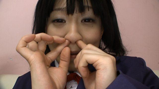 あずにゃんのコスプレした美少女が鼻糞を穿って擦り付ける動画 画像