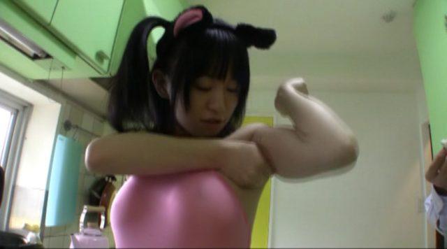 京野結衣 あずにゃんのコスプレ美少女が脇汗でおにぎり作ってくれる動画 画像