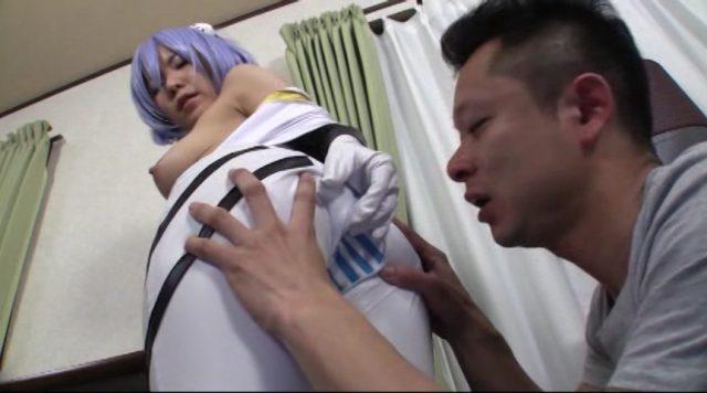 芽衣奈 綾波レイのコスプレした美少女がケツの匂いを嗅がれてチンポもハメられる動画 画像